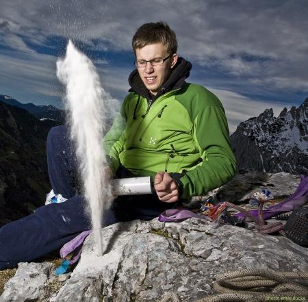 Johannes Olzewski beim Ausblasen eines Bohrlochs (Foto: Emile Duke)