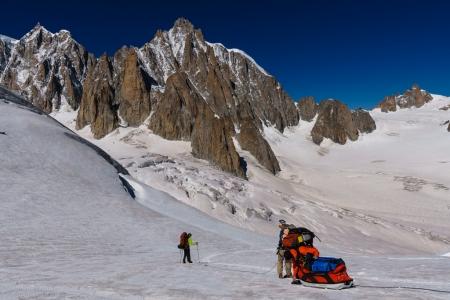 Bernhard Witz, Alain Custovic, Julien Millot und Thibault Cheval auf dem Weg zum Trident du Tacul. Das schwere Kletter- und Highline-Material wird auf einem Schlitten über den Glacier du Géant gezogen.