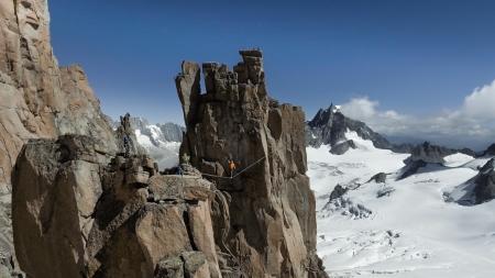 Bernhard Witz auf der Highline zwischen der Chandelle und dem Trident du Tacul über dem Gletscher. Im Hintergrund der Dent du Géant.