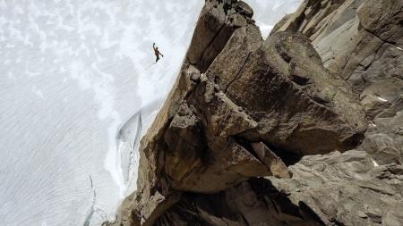 Bernhard Witz auf der Highline zwischen der Chandelle und dem Trident du Tacul über dem Gletscher.