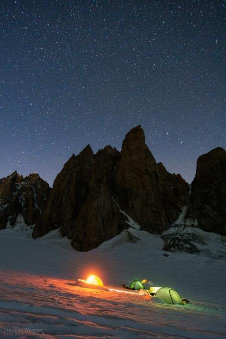 Bei Nacht vor dem Grand Capucin