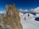 Alain Custovic auf der Highline zwischen der Chandelle und dem Trident du Tacul über dem Gletscher. Im Hintergrund der Mont-Blanc.