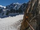 Bernhard Witz auf der Highline zwischen der Chandelle und dem Trident du Tacul über dem Gletscher. Im Hintergrund der Mont-Blanc.