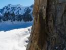 Julien Millot und Thibault Cheval beim Klettern auf die Chandelle. Das Material zum befestigen der Highline ziehen sie in einem Haulbag nach.