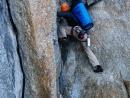 Alain Custovic beim Klettern am Trident du Tacul. Auf seinem Rücken trägt er einen Haulbag mit 300 m Seil.